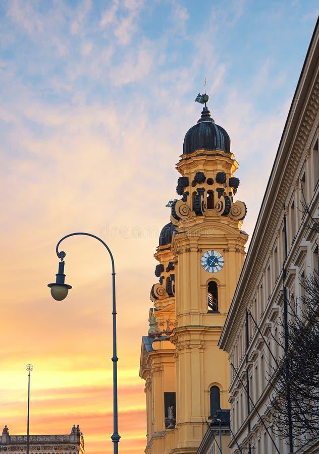 Vue à l'église de theatiner dans la vieille ville de Munich images libres de droits