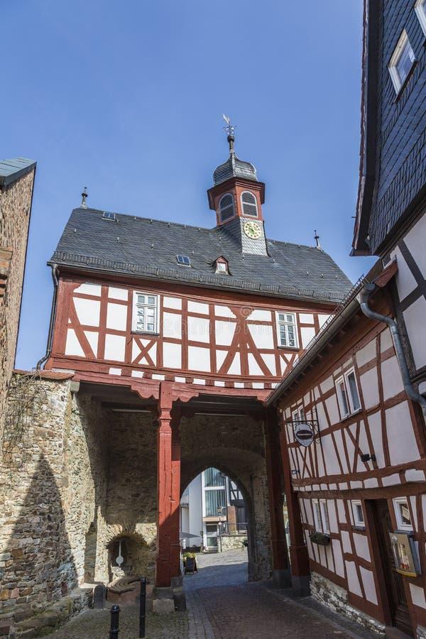 Vue à l'ancienne porte de ville dans Koenigstein photos stock