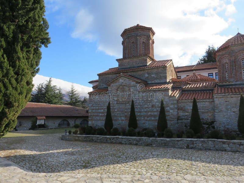 Vue à l'arrière du monastère du saint Naum de la cour images stock