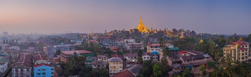 Vue à l'aube de la pagoda de Shwedagon images libres de droits