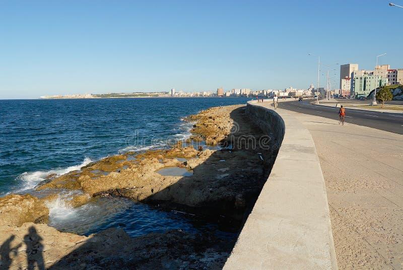 Vue à l'avenue de Malecon de bord de la mer à La Havane, Cuba images stock