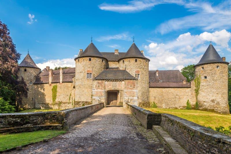Vue à l'entrée au château de Corroy le Chateau dans la province de Namur - la Belgique photographie stock