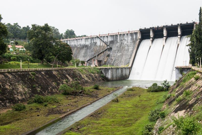 Vue à l'intérieur de barrage de Neyyar image stock
