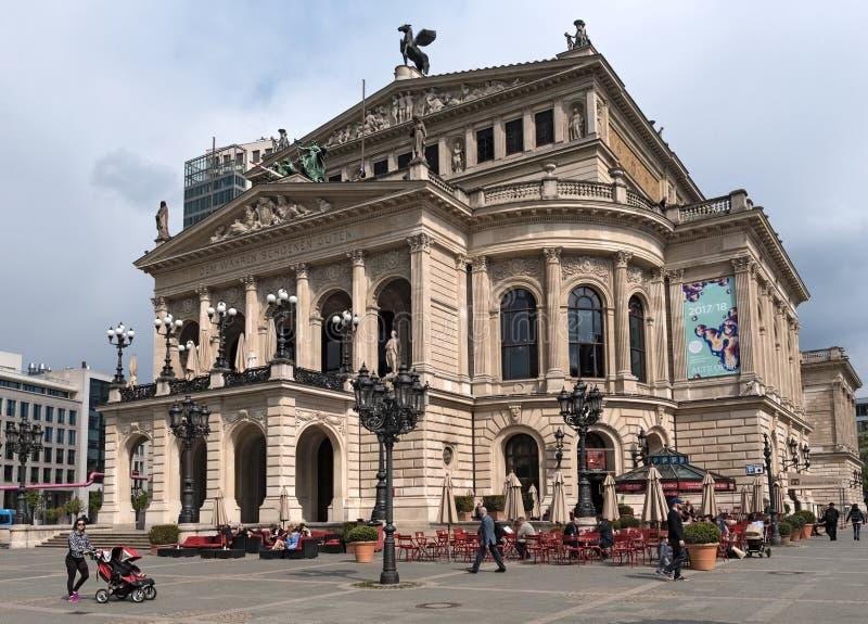 Vue à l'opernplatz et au théatre de l'opéra de Francfort sur Main, Allemagne images libres de droits