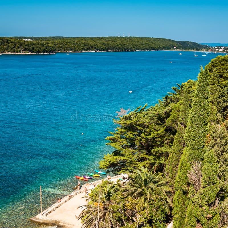 Vue à la baie près de la ville de Rab sur l'Adriat images libres de droits