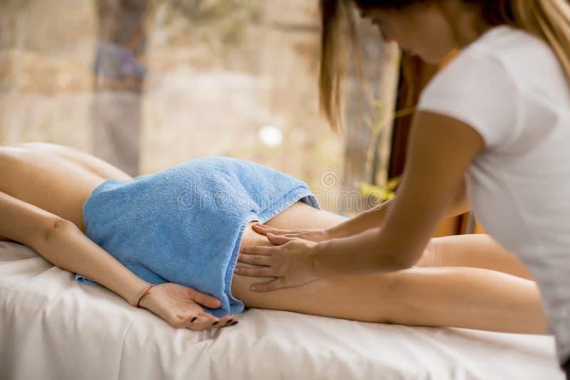Vue à la belle femme blonde appréciant un massage à la santé s photos stock