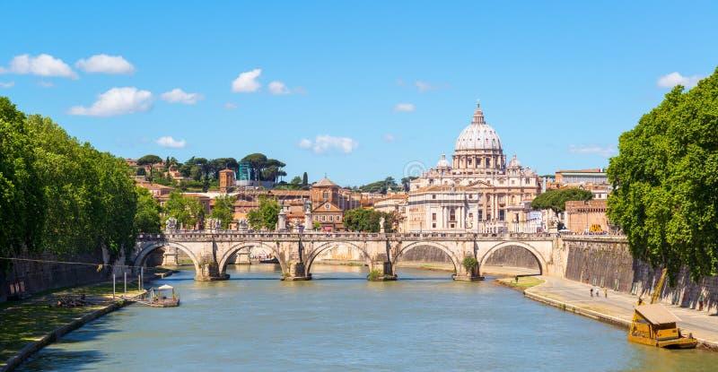 Vue à la cathédrale de St Peter à Rome images stock