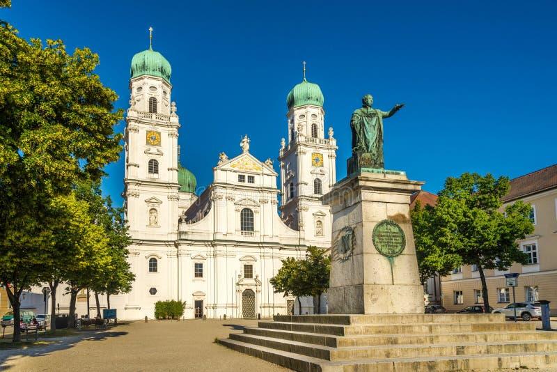 Vue à la cathédrale et au mémorial de St Stephen du Roi Maximilian I Joseph dans Passau - Germanay photo stock