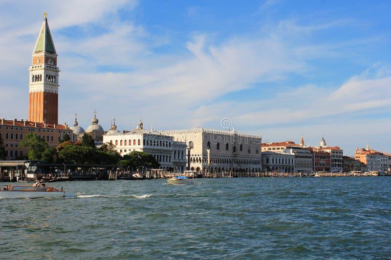 Vue à la cloche-tour de palais et de San Marco du ` s de doge de Grand Canal à Venise photographie stock libre de droits