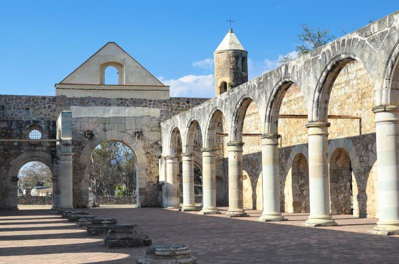 Vue à la cour de Convento de Cuilapam à Oaxaca image libre de droits