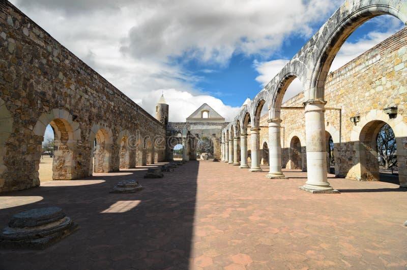Vue à la cour de Convento de Cuilapam à Oaxaca photo libre de droits