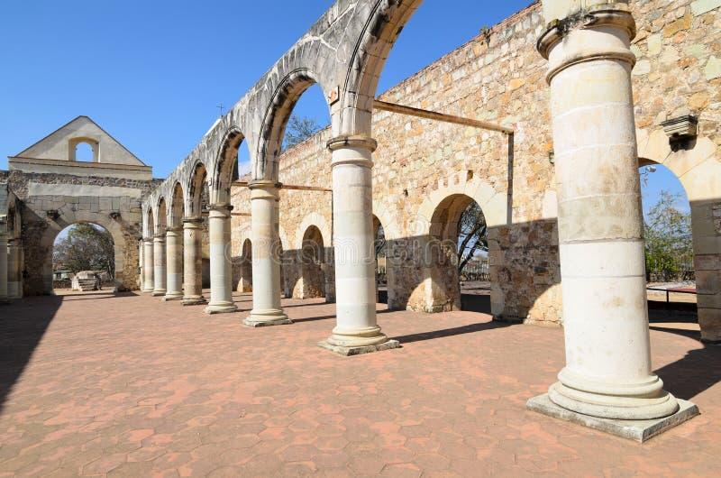 Vue à la cour de Convento de Cuilapam à Oaxaca photos stock
