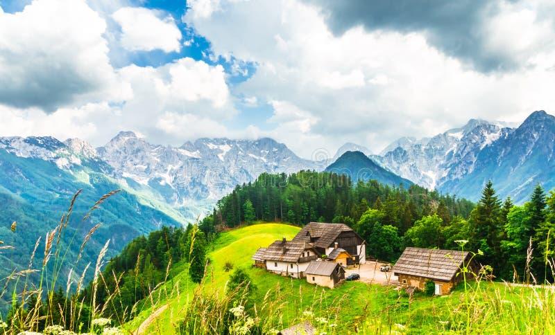 Vue à la ferme dans les Alpes slovènes par la vallée de Logar photos stock