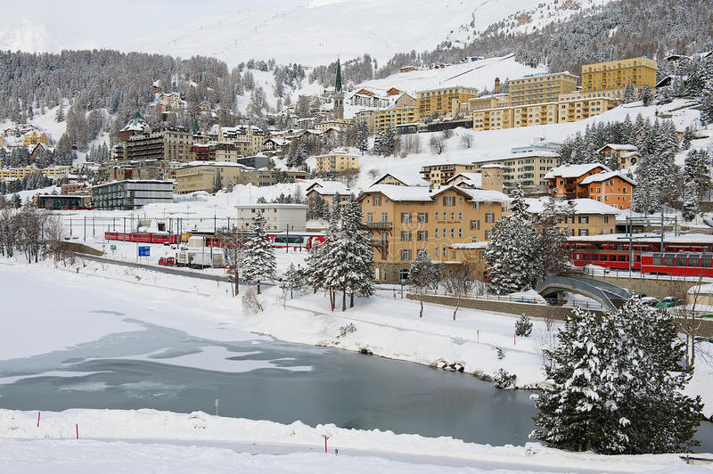 Vue à la gare ferroviaire et aux bâtiments de St Moritz, Suisse photographie stock