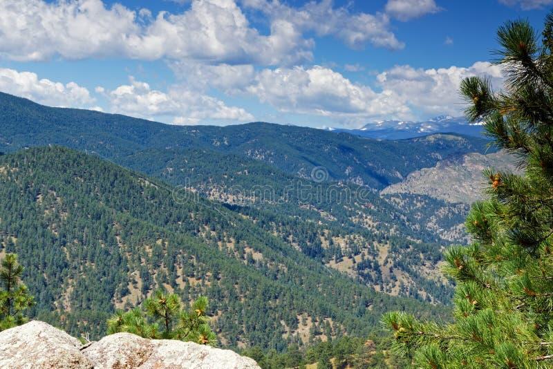 Vue à la montagne de hampe de drapeaux à Rocky Mountains près de Boulder dans le Colorado image libre de droits