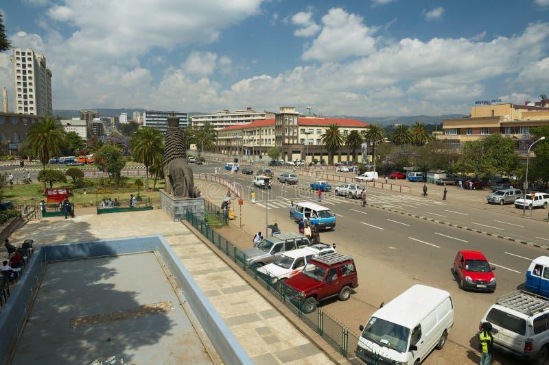 Vue à la rue dans le centre ville avec la statue iconique du lion de Judah en Addis Ababa, Ethiopie images libres de droits