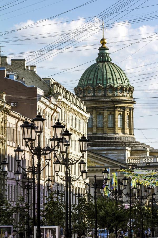 Vue à la rue de Malaya Konushennaya et à la cathédrale de Kazan en pe de St photographie stock libre de droits