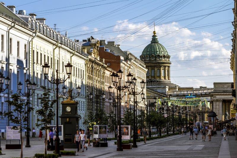 Vue à la rue de Malaya Konushennaya et à la cathédrale de Kazan en pe de St image stock