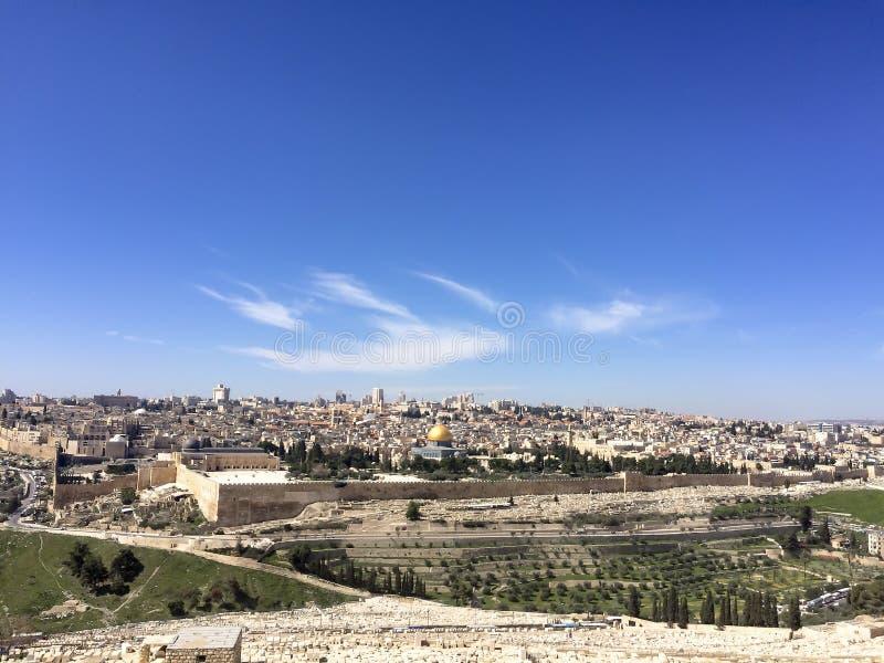 Vue à la vieille ville de Jérusalem et au cementery juif photographie stock libre de droits