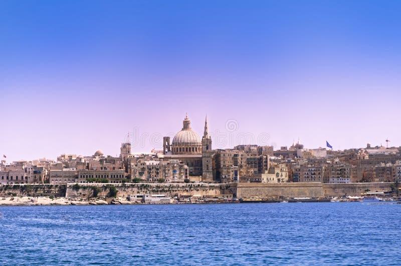 Vue à la ville de La Valette de la baie de Sliema, Malte image stock