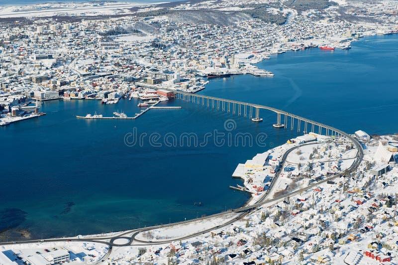 Vue à la ville et au pont reliant deux parts de la ville de Tromso, Norvège image libre de droits