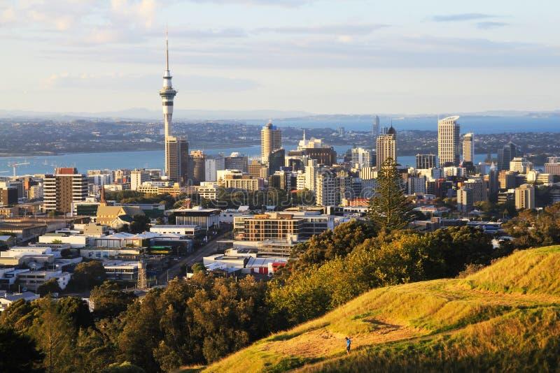 Vue à la ville Nouvelle-Zélande d'Auckland de Mt Éden photographie stock libre de droits