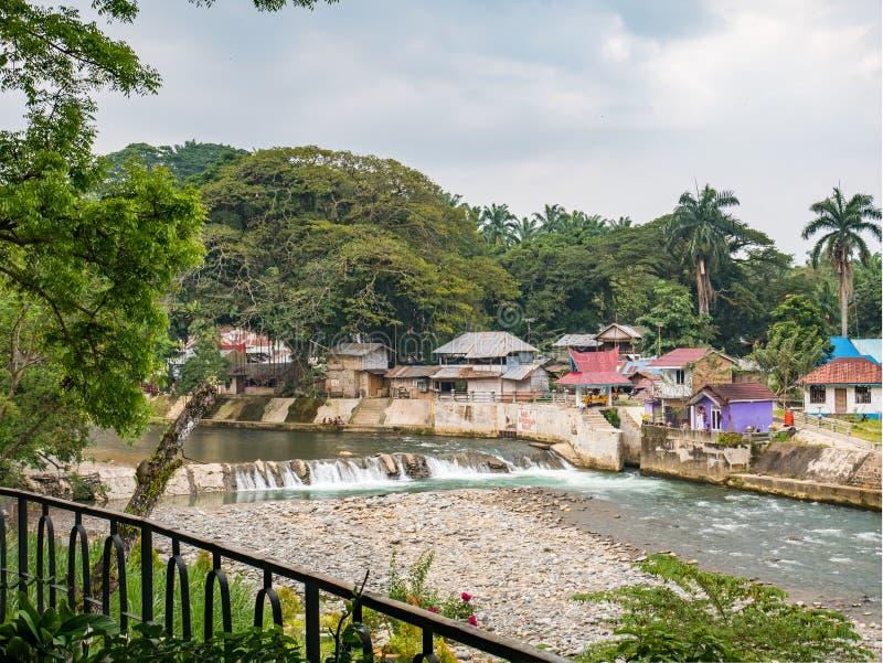 Vue à marée basse de rivière de Bohorok d'Ecolodge Bukit Lawang photos stock