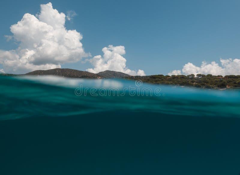 Vue à moitié sous-marine de bel endroit dedans - la Sardaigne - Italie photos stock