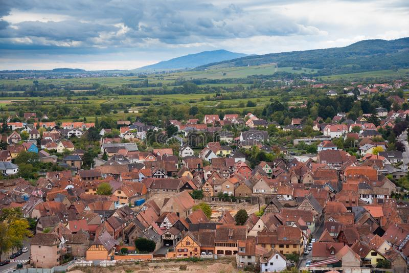 Vue à Obernai par les vignobles photos libres de droits