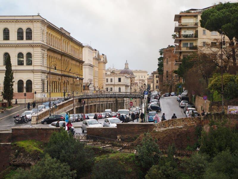 Vue à par l'intermédiaire du degli Annibaldi de Colosseum à Rome, Italie image stock