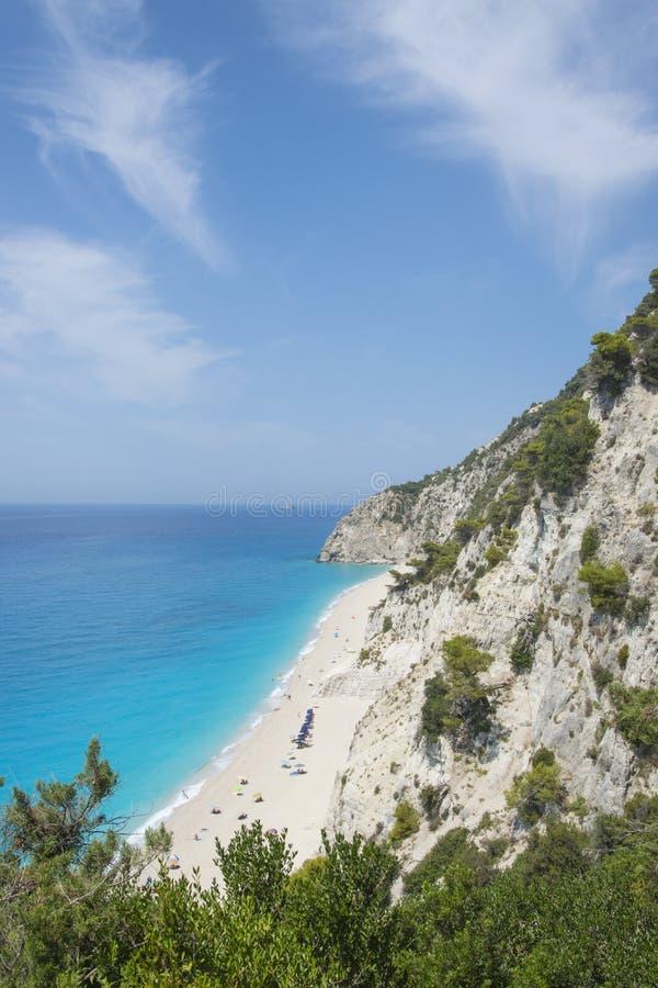Vue à partir de dessus sur la belle plage cachée avec b clair comme de l'eau de roche images libres de droits