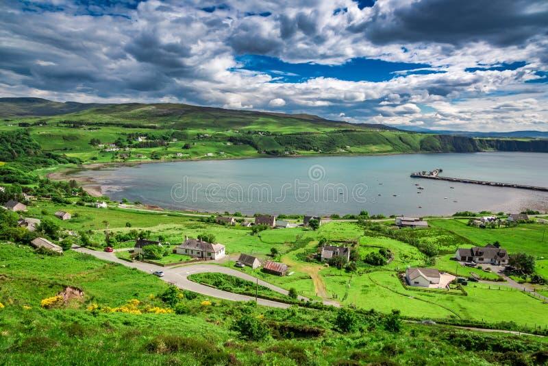 Vue à partir de dessus sur la ville d'Uig, Skye Island en Ecosse photographie stock libre de droits