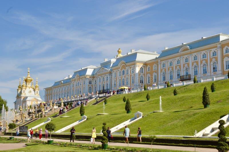 Vue à Peterhof - Peters le yard principal de grande résidence d'été photos libres de droits