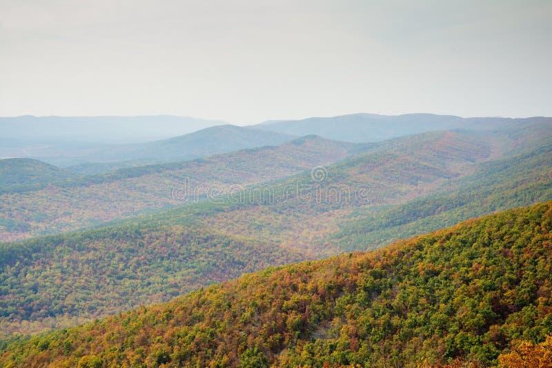Vue à travers des arêtes de montagne image stock