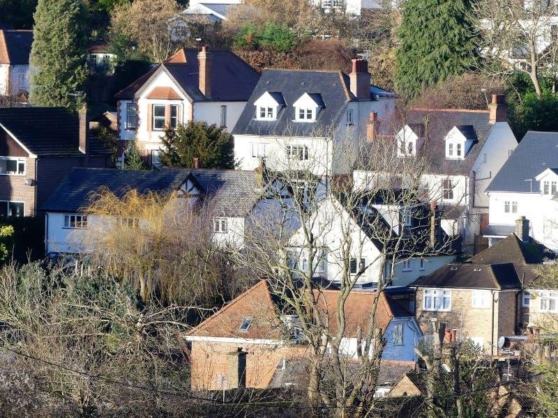 Vue à travers des dessus de toit dans le beau village de Chorleywood photographie stock libre de droits