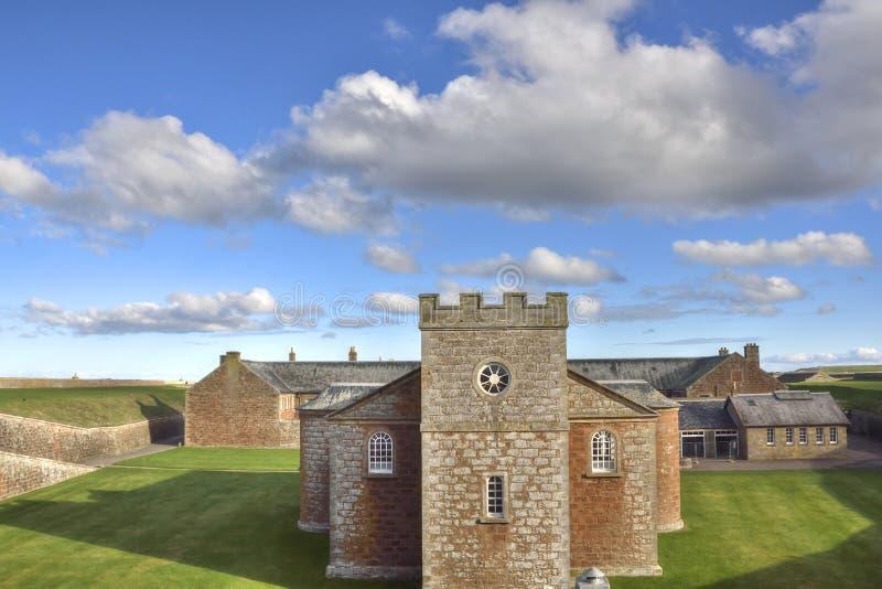 Vue à travers la chapelle et le fort historiques des montagnes écossaises photos libres de droits