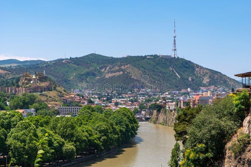 Vue à travers la rivière Mtkvari au-dessus du vieux secteur de ville vers la tour de Tbilisi TV sur la montagne de Mtatsminda photo libre de droits