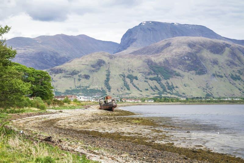 Vue à travers le loch Linnhe au delà d'un bateau abandonné vers Ben Nevis images libres de droits