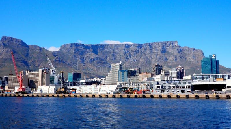 Vue à travers le port de Capetown pour ajourner la montagne image libre de droits