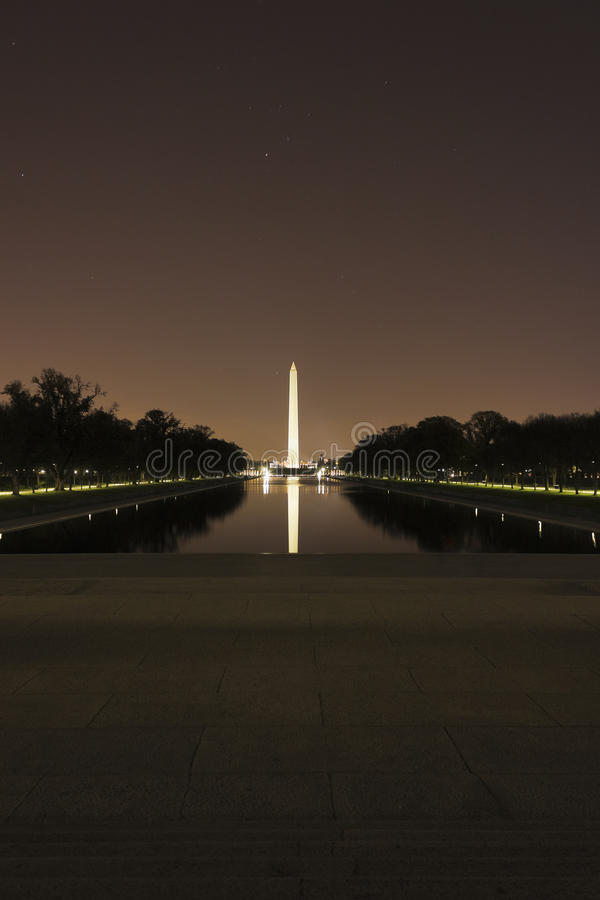 Vue à travers Lincoln Memorial Reflecting Pool vers le monument de Washington à la nuit, mail national, Washington DC image libre de droits