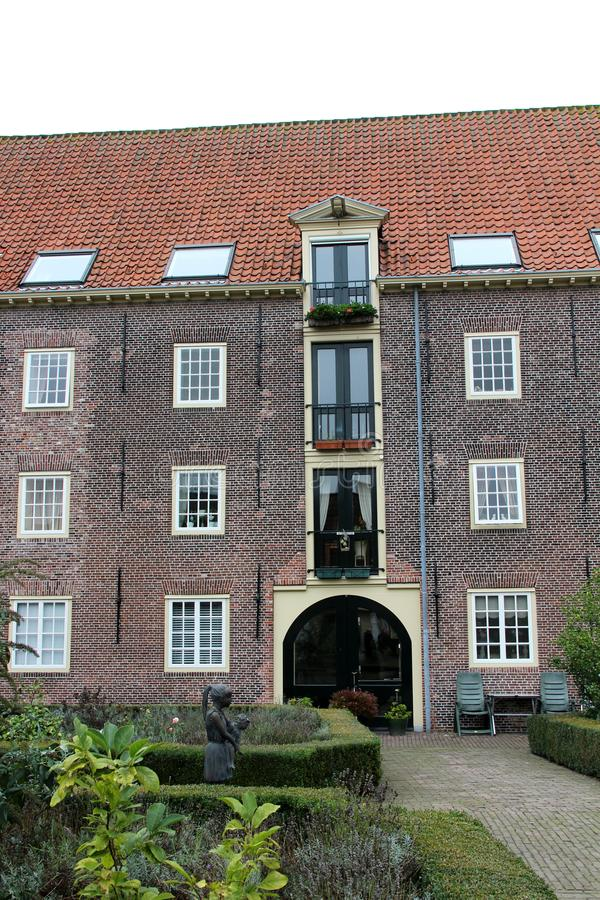 Vue à une façade de maison avec des fenêtres et une tuile de toit à Leyde la Hollande-Méridionale Hollandes images libres de droits