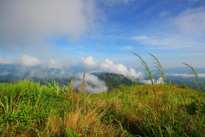 Vue à une gamme de montagne avec le brouillard de matin dans une vallée de montagne photo stock
