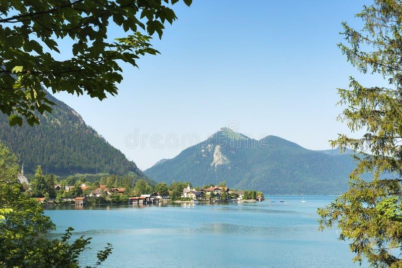 Vue à Walchensee et à Jochberg images stock