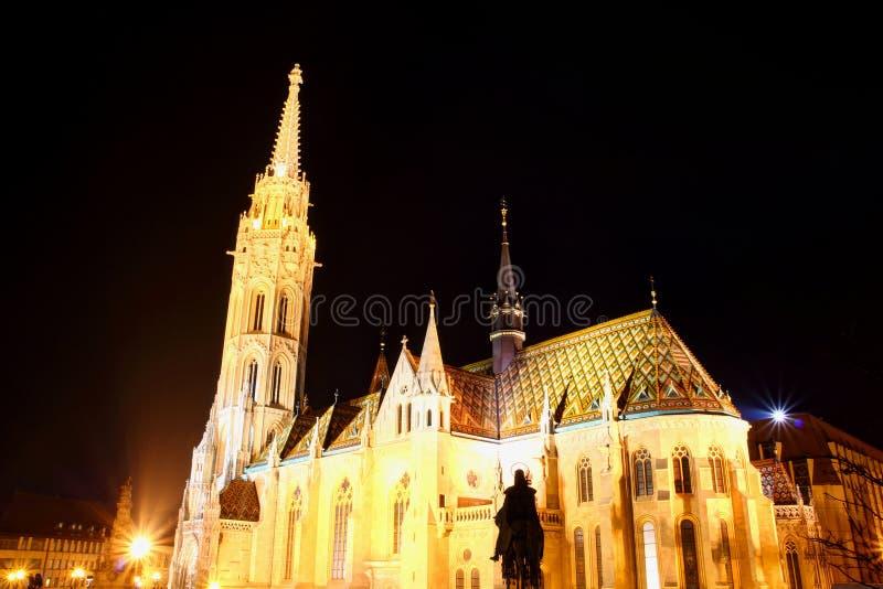 Vue éclairée Budapest Hongrie de nuit d'angle faible de Matthias Church image libre de droits