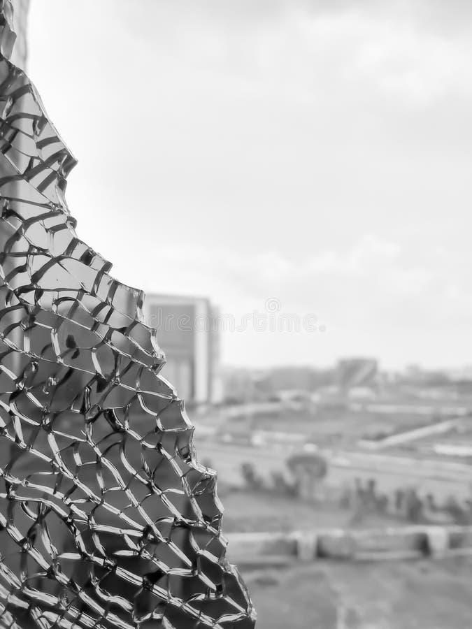 Vue éclatée de ville de verre de fenêtre noir cassé Trou dans la fenêtre par la balle pendant le combat Étendre de grincement dan photo stock