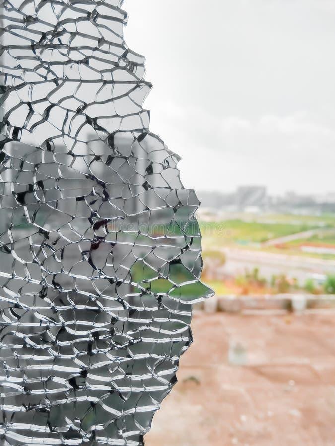 Vue éclatée de ville de verre de fenêtre noir cassé Trou dans la fenêtre par la balle pendant le combat Étendre de grincement dan image libre de droits