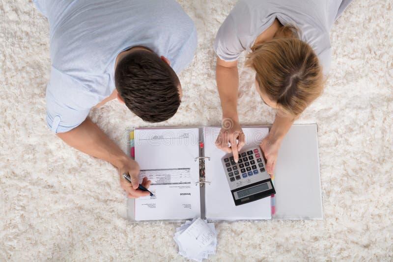 Vue élevée d'une facture calculatrice de couples photo libre de droits