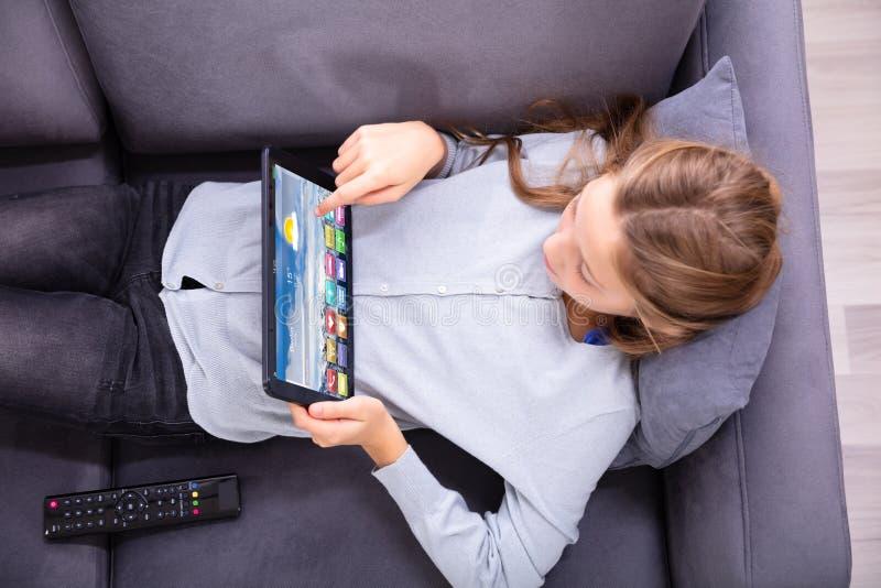 Vue ?lev?e d'une fille utilisant la Tablette de Digital image libre de droits