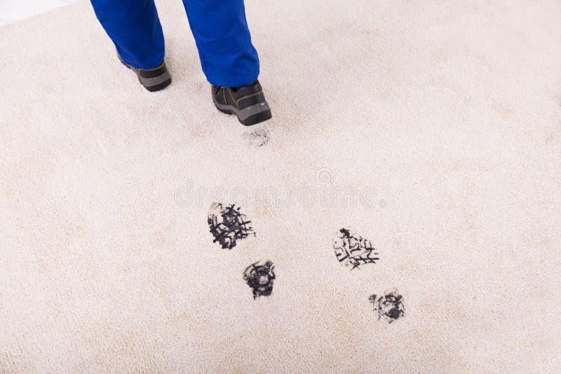 Vue élevée de Muddy Footprint On Carpet image libre de droits