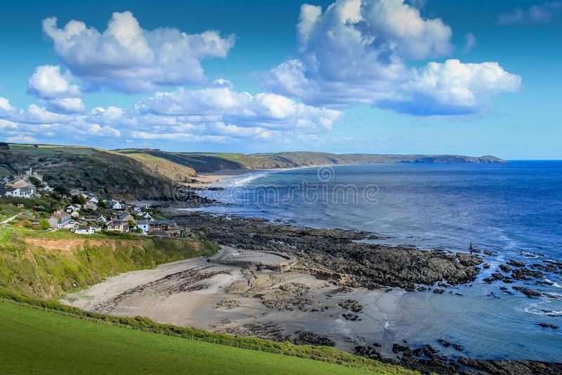 Vue élevée de Portwrinkle, avec des vues à travers la baie de Whitsand vers la tête de Rame dans les Cornouailles photographie stock